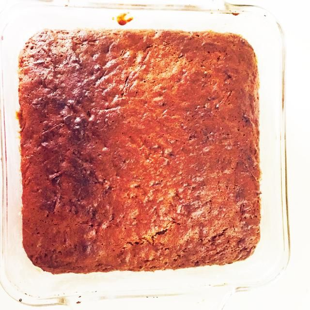 Hornear en un horno a prueba de plato de cristal o cualquier bandeja de horno rectangular a 350 grados durante 45 - 55 minutos. La manzana rallada derrite a la derecha en el pastel!