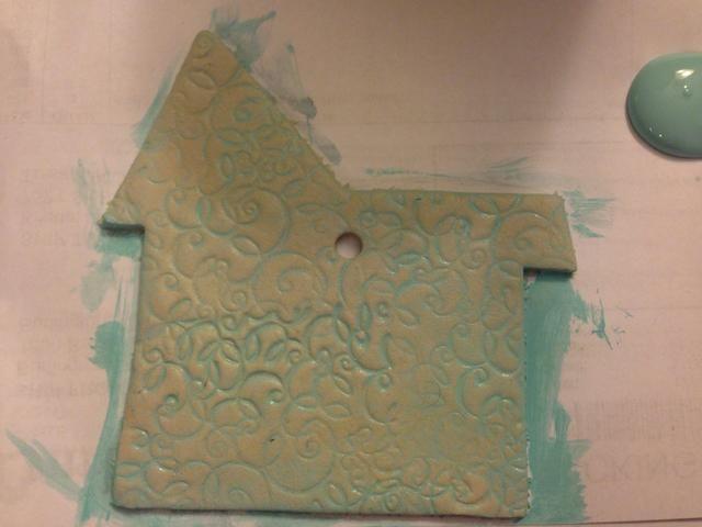 Vuelve sobre la superficie pintada con el pincel pesado agua un par de veces y luego frote suavemente el exceso de pintura / agua con una toalla de papel, dejando la superficie de un suave azul con surcos oscuros.
