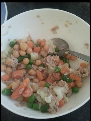 A partir de entonces escurrir las verduras y mezclar con el atún y garbanzos