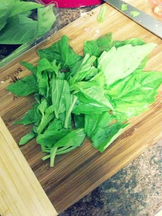 Lavar y cortar algunas hojas de albahaca fresca.
