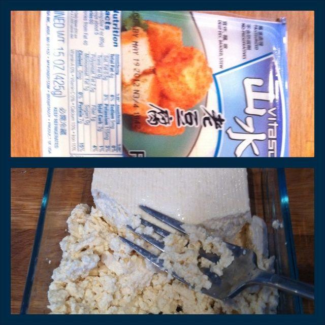 Triturar la firma tofu con un tenedor.
