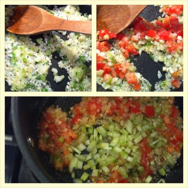 Saltear la cebolla y la parte blanca de cebollas verdes en aceite til translúcida. Agregue los tomates y el ajo. Después de un minuto, agregar celery.Cook durante otro minuto o 2.