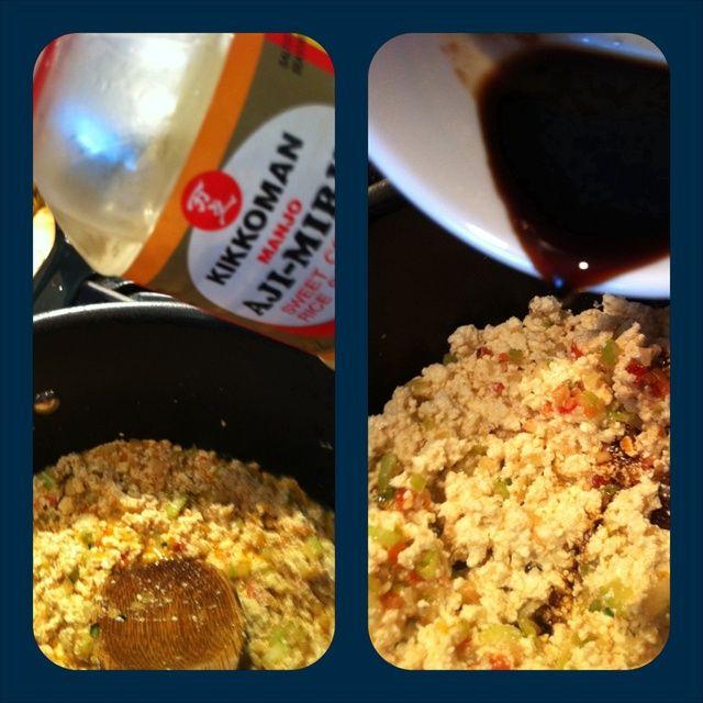 Añadir puré de tofu. Sazonar con una cucharadita de salsa de mirin (opcional) y 2 cucharadas de salsa de soya. Cocine durante aproximadamente 5 minutos o así.