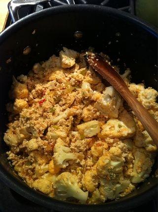 Añade tu coliflor (o brócoli) Sazone con sal y pimienta al gusto. He añadido el ajo en polvo y pimentón también. Deja durante otros 2 minutos.