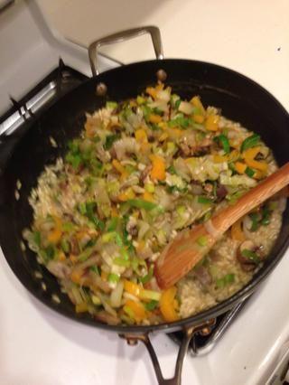 Revuelva las verduras en el risotto.