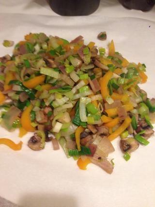 Una vez que las verduras están salteados, los puse en el lateral. Yo sólo les pongo un poco de papel de cera.