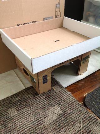 Por la entrada principal coloqué otra caja y con cremallera que atado a la parte delantera (después de cortar una abertura en la caja más grande). También puse un segundo cuadro en la parte superior para permitir un segundo lugar para el heno.