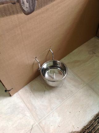 Tuve la oportunidad de colgar su plato de agua desde el lado de la caja.