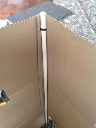 Para dar a la caja de algún tipo de apoyo me postal até una clavija de madera en cada esquina, con una brida de plástico en la parte superior e inferior. (Yo usé una aguja de tejer para hacer agujeros en la caja.)