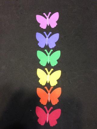Añadir tira de pegamento para todas las mariposas de colores y la pila de la colocación de blanco en la parte superior.