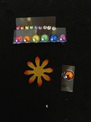 Utilice marcadores Copic para colorear 6 pedrería, 6 perlas, brad y flor.
