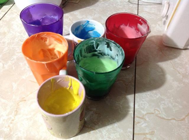 Separar la mezcla en 6 tazas y añadir colorante de alimentos para cada color.