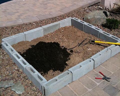 Adéntrate en sus bloques de espacio y lugar para su jardín de hierbas. A continuación añadimos rica tierra del jardín y el compost.