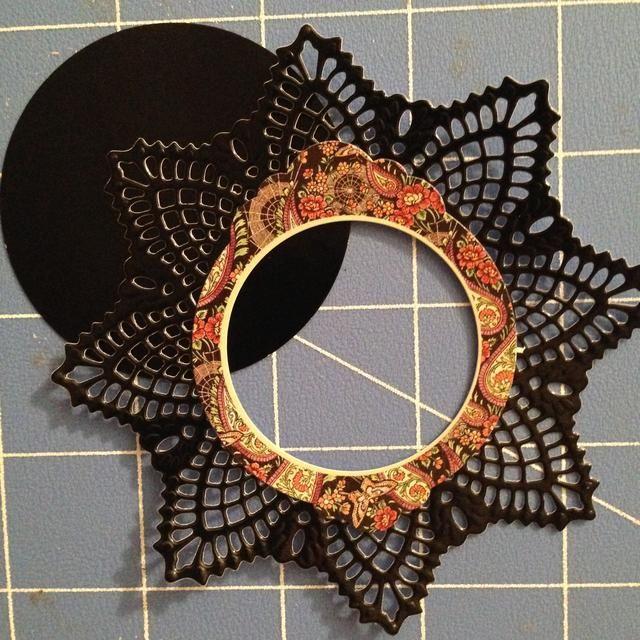 Cortar un círculo de papel de color negro brillante.