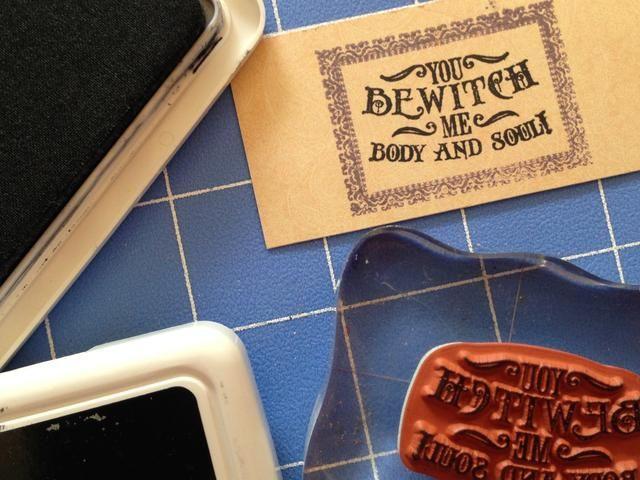 El uso de tinta negro archivística, erradicar el sentimiento de su elección dentro de la caja.