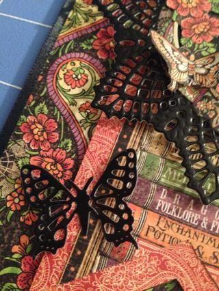 Se adhieren a la mariposa negro de la tarjeta con un pegamento dot.Place el sentimiento sellado en la parte inferior derecha de la tarjeta y se adhieren con un punto emergente.