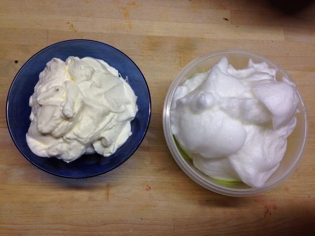 En este momento usted puede batir las claras de huevo y la crema