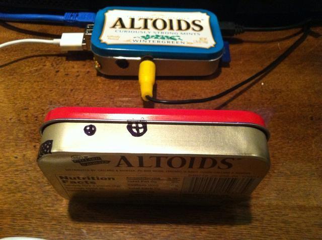 Agujeros en la parte frontal de la lata para el audio y conectores RCA. El agujero conector RCA incluirá parte del labio tapa estaño.