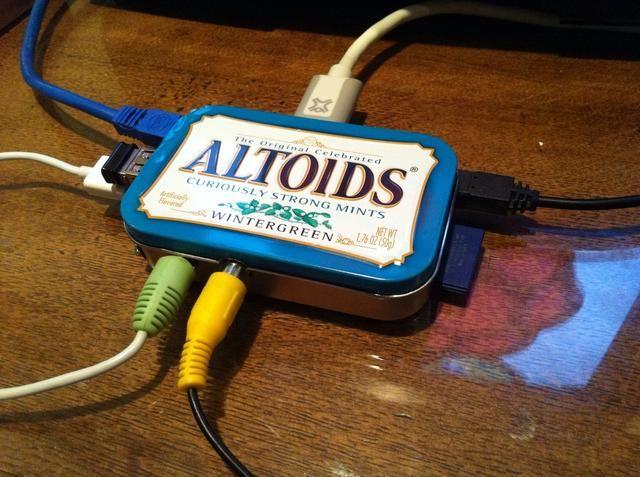 Conecte la tarjeta SD, vídeo (RCA o HDMI), audio, Ethernet y USB plugs- luego enchufe el cable de alimentación de 5VDC (un suministro de 1 amperio o más alto es útil).