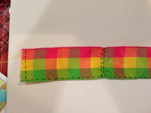 Utilice aguja e hilo para coser una puntada corriente a lo largo de la longitud de la cinta.