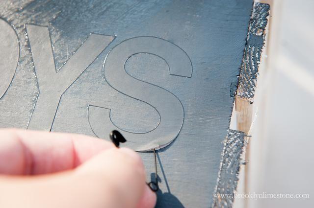 Retire con cuidado pintores cinta y letras. Encuentro con un alfiler de seguridad me ayuda a mantener mis dedos se ensucie.