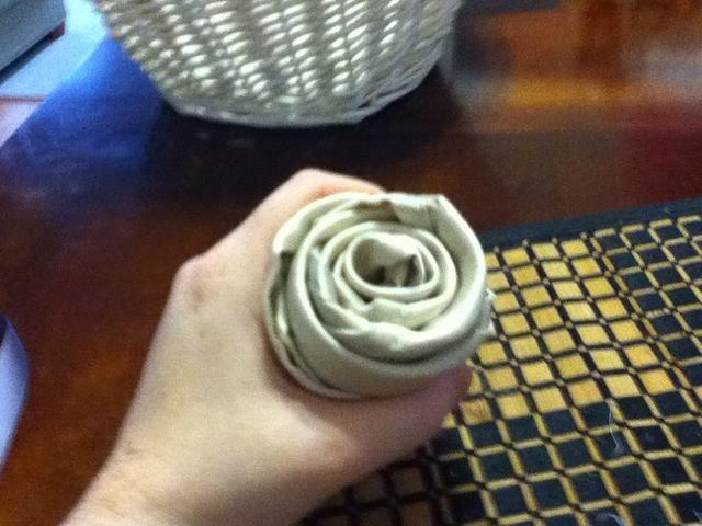 Enrolle la servilleta en forma de roseta.