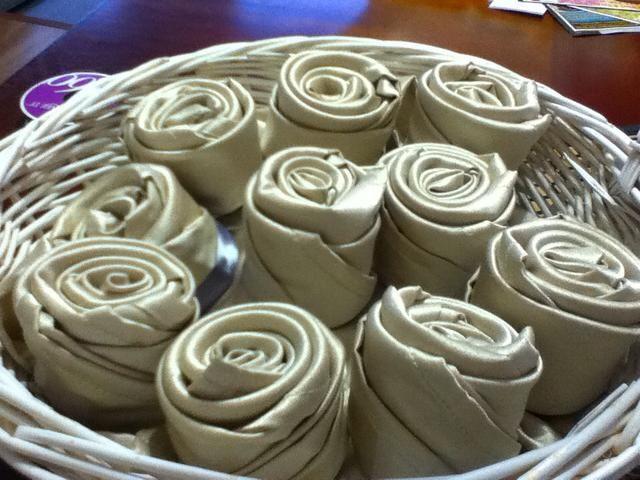 Coloque rosas servilleta en la cesta.