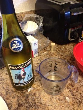 Añadir 1/3 c de vino blanco para el caldo de pollo.
