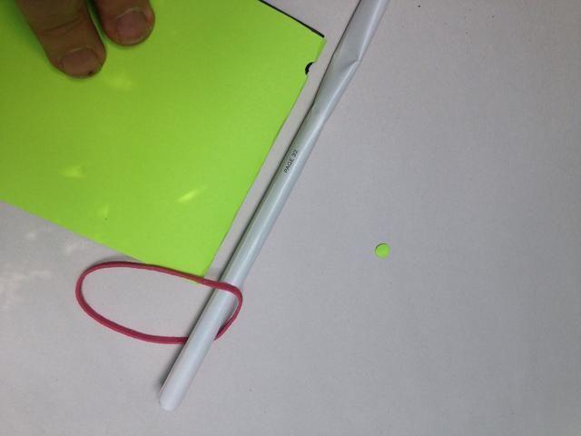 Loop la banda de goma a través de la barra y el lugar al lado de la cubierta de libro con páginas interiores.