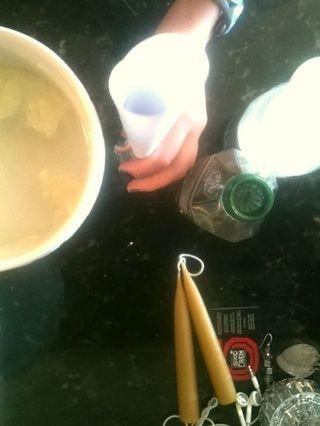 Obtener un embudo, pero en este caso yo hice mi propia sin papel enrollado .. :) !! Embudo su mezcla de agua en la botella de spray!