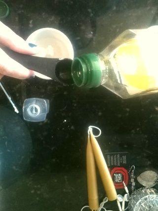 Añadir un poco de aceite de oliva al agua! Usé un poco más de esto para reponer mi cabello seco!