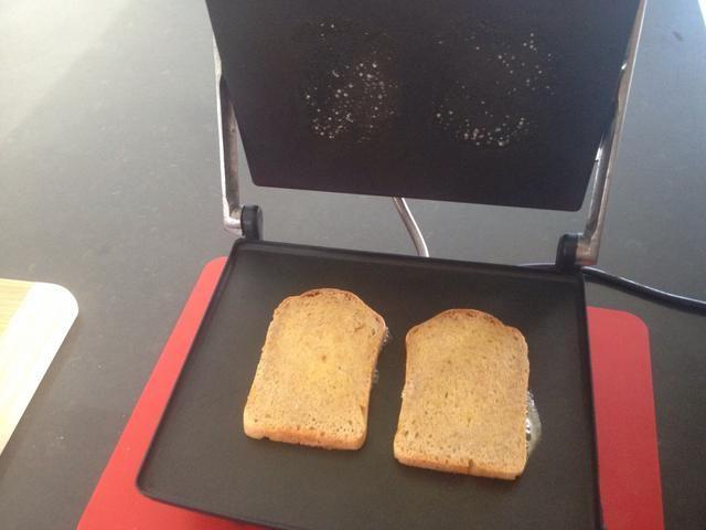 Tostadas de pan hasta que estén doradas.