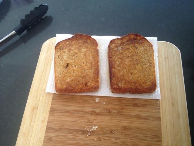 Coloque el pan sobre una toalla de papel.