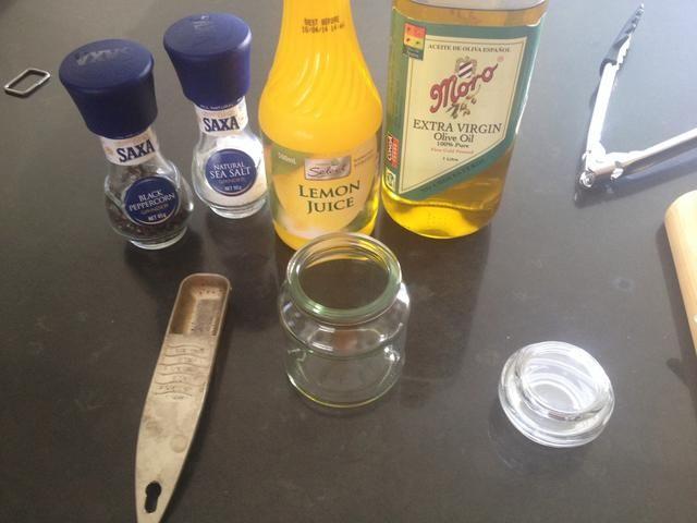 Hacer la vinagreta con aceite de oliva y jugo de limón, sal y pimienta al gusto.