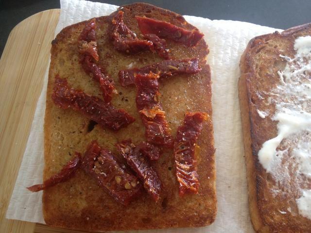 Colocar el tomate en el pan con la vinagreta. (Me olvidé de comprar tomate, así que utiliza las misceláneas de tomate). Ponga sal y pimienta en la parte superior al gusto.