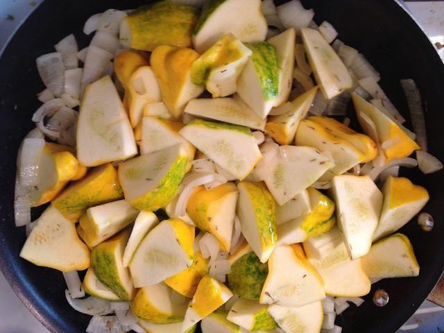 Cortar la calabaza en trozos pequeños y agregarlos a las cebollas salteadas. Revuelva de vez en cuando, mientras que comienzan a cocinar.