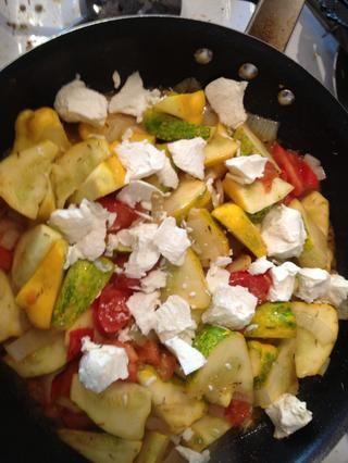 Antes de que la calabaza se pone blanda, agregar trozos de queso de cabra a la sartén y revuelva suavemente.