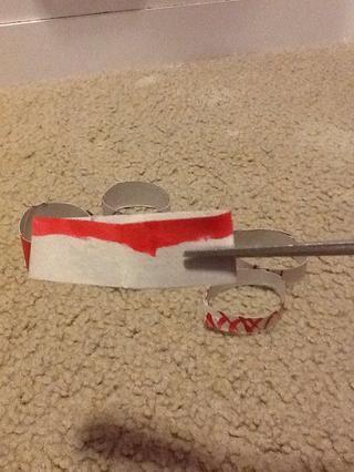 Ahora dobla las bobinas en medio cortan una pequeña hendidura en ellos y luego darles forma de nuevo en una forma espiral.