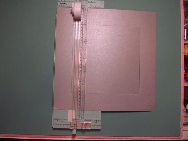 Tome la cartulina y cortar y 8x8 cuadrados fuera del centro. Va a cortar 2 pulgadas en cada lado para obtener el cuadrado de 8x8. Guarde esta pieza, lo va a usar para acodar más tarde.