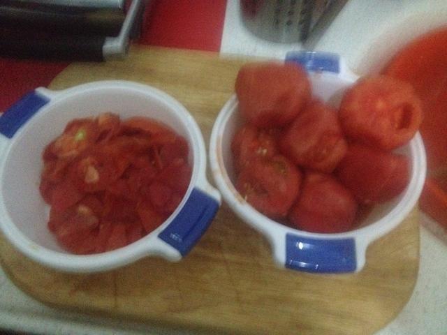 Pelar nuestros tomates sobre un tazón para que coge todo el jugo