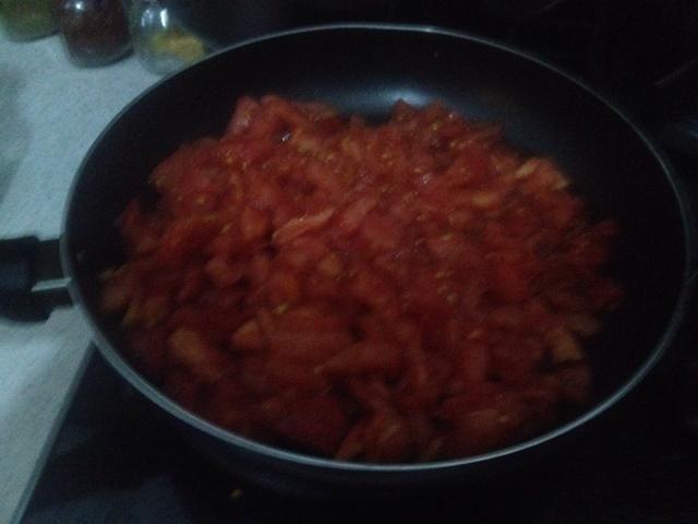 Agregar los tomates picados en una sartén aparte