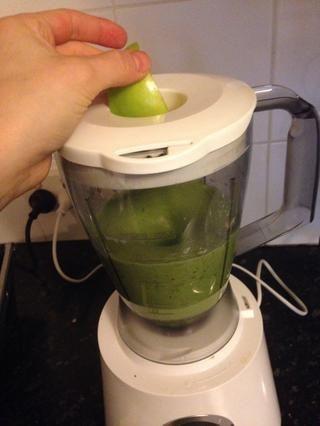 Retire el tapón de llenado y añadir sus trozos de manzana,