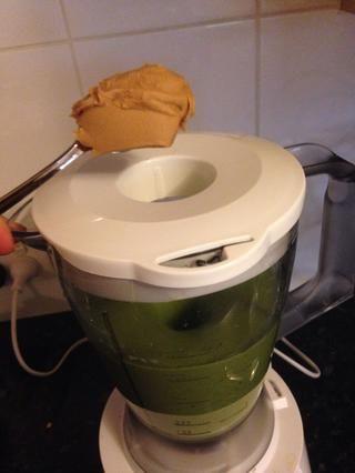 y una cucharadita colmada de mantequilla de maní. Esto compensará el sabor de sus verdes y engrosar su batido.