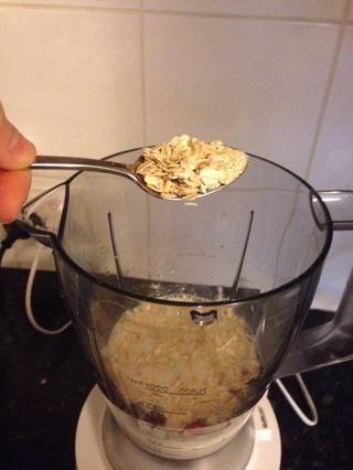 Añadir 2-3 cucharaditas colmadas de copos de avena para fibra añadida y sustancia.