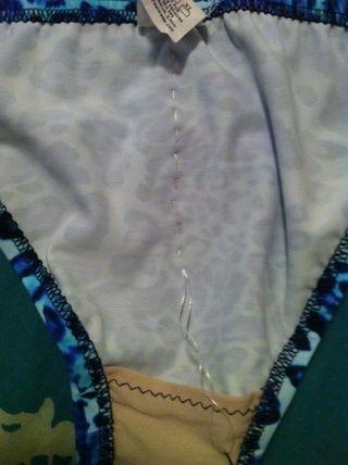 Usted puede coser un precio tan bajo como desee. Poco scrunch = no demasiado bajo, Mega scrunch = casi todo el camino hasta el revestimiento. Me gusta la mía Mega arrugó.