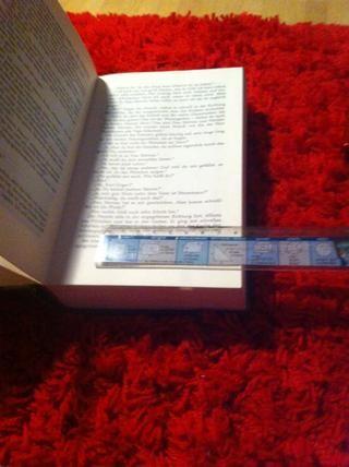 Abra el libro sobre sobre la página treinta y tomar la regla para enmarcar la página en un marco de 1 pulgada.