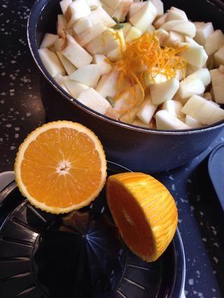 Ponga las manzanas, la ralladura de naranja y jugo y cardamomo vainas en una sartén y calentar durante 10 minutos hasta que se ablanden