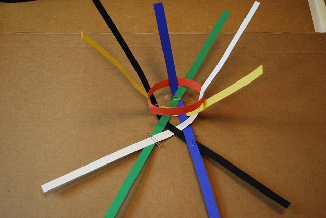 A medida que agrega más tiras a través del anillo naranja asegúrese de que el anillo de naranja se deslizó hasta la parte inferior de cada V.