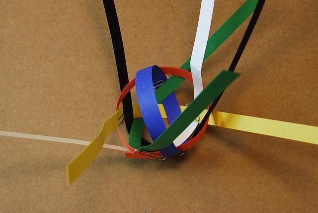 Enrolle el azul de la tira juntos para el tamaño de la tira de naranja.