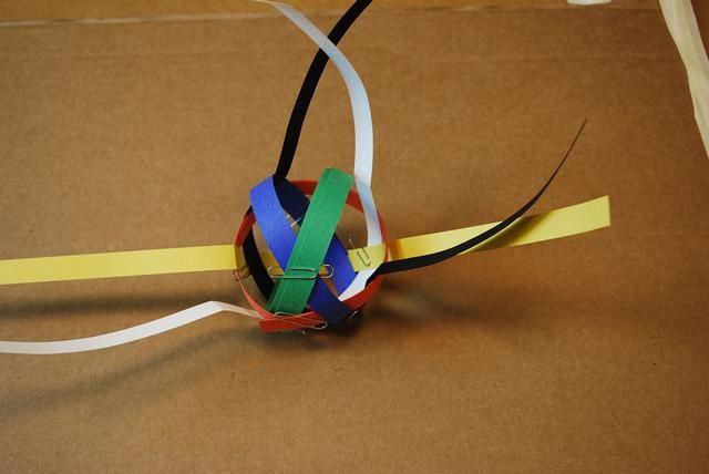 Añadir un clip para mantener juntos los lazos azules y verdes.